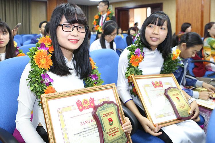 Sinh viên Nguyễn Thị Quỳnh nhận phần thưởng Nữ sinh viên tiêu biểu trong lĩnh vực kỹ thuật năm 2016