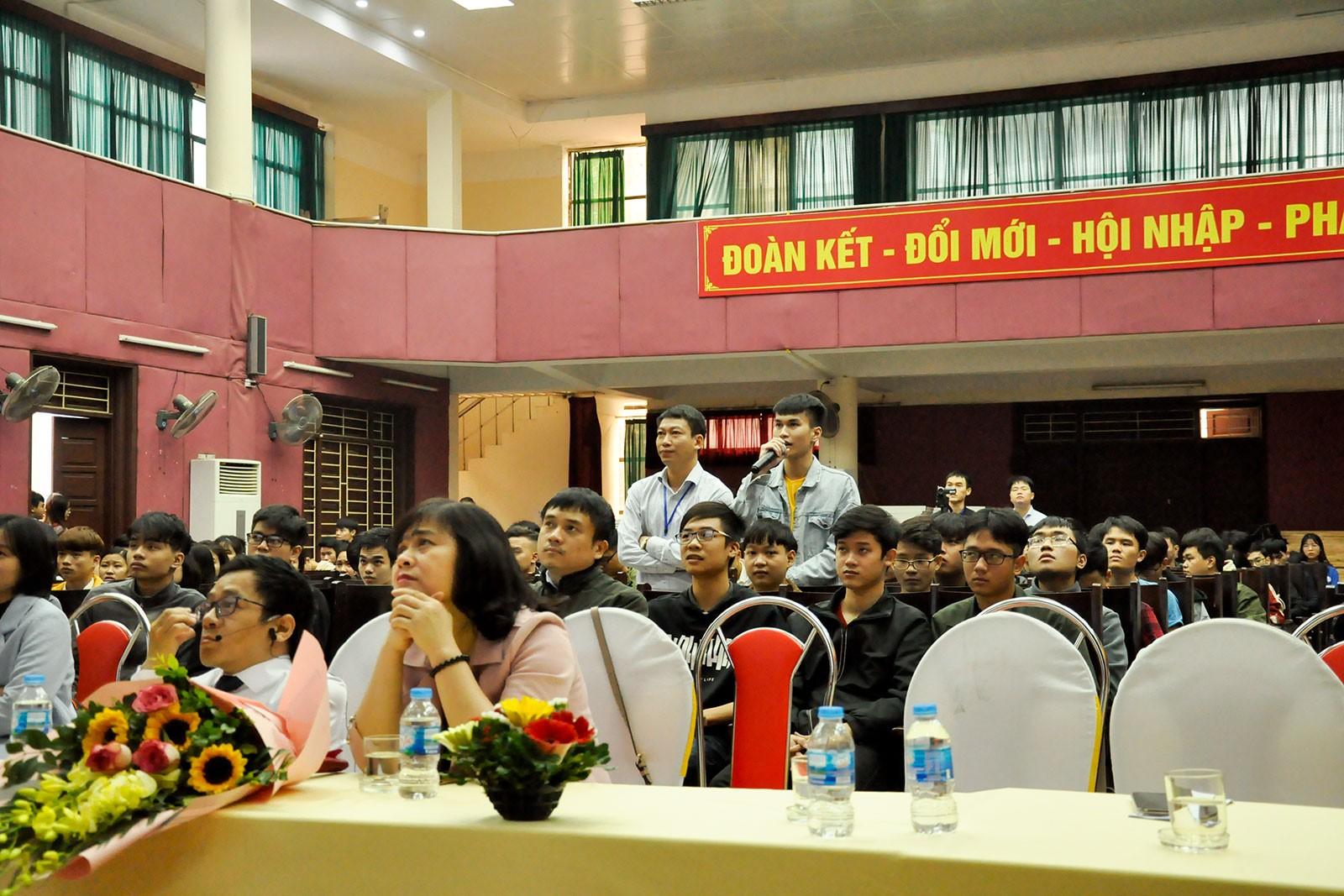 Hơn 300 sinh viên Công nghệ thông tin tham gia talkshow Tôi là ai?